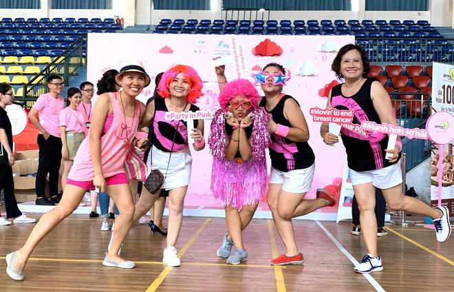 Chị Vân Anh tham gia Ngày hội Nón hồng vì bệnh nhân ung thư vú. Ảnh NVCC.