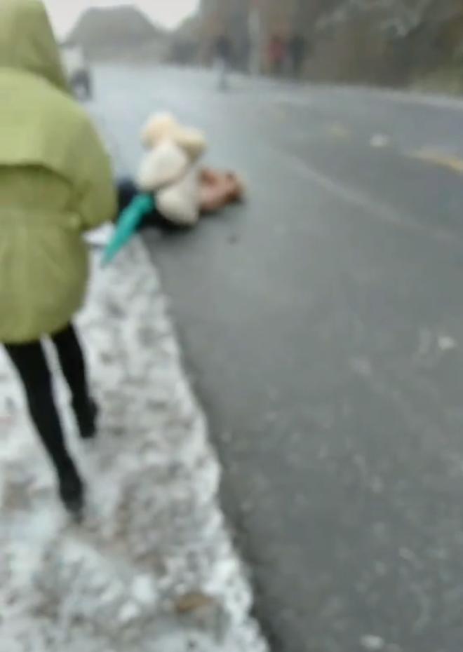 Cú trượt ngã 'đầy nghệ thuật' của 2 cô gái trẻ khi đi qua băng tuyết ở đèo Ô Quy Hồ