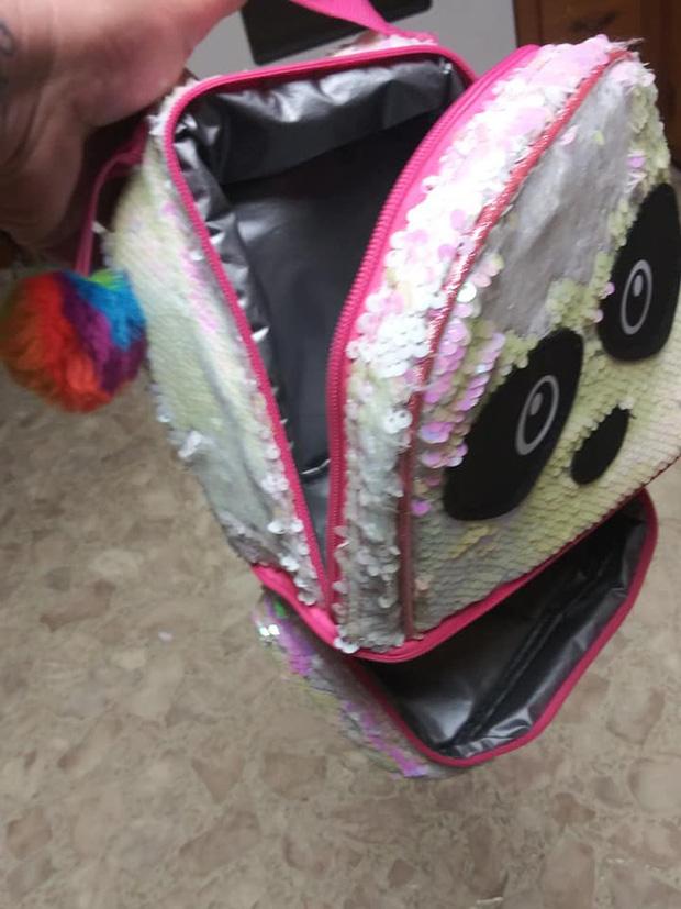 Và đây là 'thủ phạm', hóa ra đó là chiếc túi mang đồ ăn trưa có hình mặt gấu panda của con gái Adam được treo trên móc trong phòng giặt.