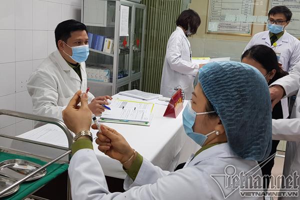 Cán bộ nghiên cứu chuẩn bị liều vắc xin Nanocovax 25mcg trước khi tiêm