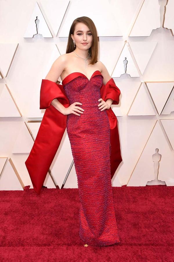 Kaitlyn Dever quyến rũ nhưng không kém phần sang trọng khi diện chiếc váy lụa satin của Louis Vuitton . Thiết kế mang sắc đỏ rực rỡ được thêu bằng pha lê Swarovski và hạt thủy tinh, mang đến cho cô vẻ lộng lẫy, tinh tế.