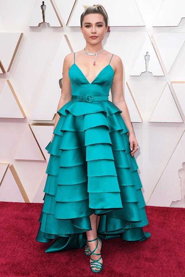 Florence Pugh thu hút ánh nhìn với chiếc váy xanh ngọc nhiều tầng, kết hợp cùng vòng cổ của Louis Vuitton và sandals đồng điệu.