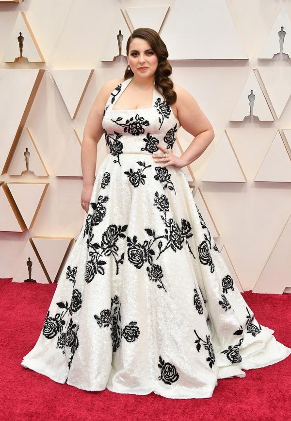 Chiếc váy trắng thêu hoa hồng đen dáng xòe bồng bềnh của Miu Miu khiến Beanie Feldstein nổi bật trên thảm đỏlễ trao giải Oscar 2020.
