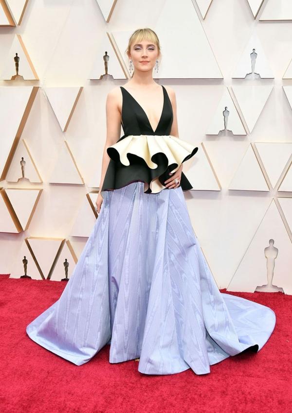 Thiết kế đầm cut-out táo bạo, với điểm nhấn là phần bèo nhún lạ mắt ở thắt lưng và chân váy xòe của nhà mốt Gucci giúp nữ diễn viên Saoirse Ronan khoe được vẻ dịu dàng, mạnh mẽ nhưng cũng thật gợi cảm.