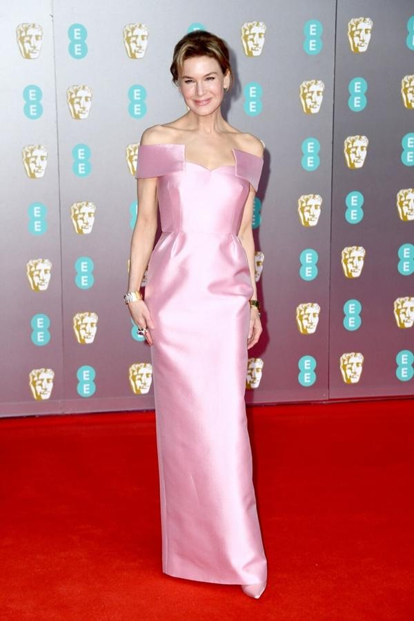 Renée Zellweger khoe vẻ đẹp thanh lịch duyên dáng khi diện chiếc váy màu hồng pastel của Prada.