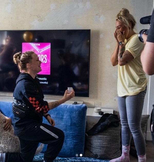 Lui đã cầu hôn Saskia trước sự chứng kiến của Marcin