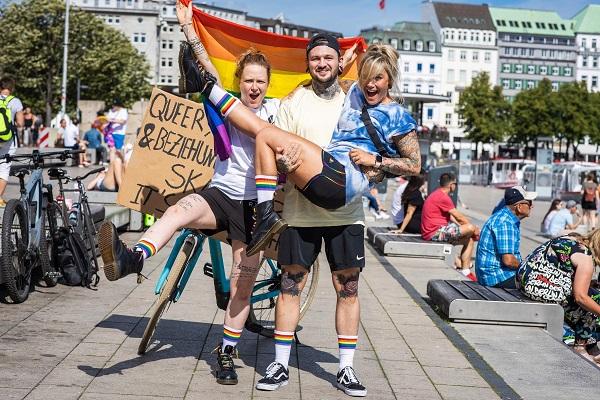Hiện cả ba đã chuyển về sống cùng với nhau trong một căn hộ cao cấp tại Đức, họ thường xuyên đi ra ngoài tham gia các hoạt động