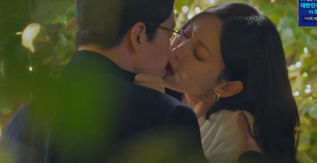 Ông xã Kim So Yeon bỏ xem 'Penthouse' vì cảnh hôn của vợ nhưng anh nhà cũng đâu kém cạnh 0