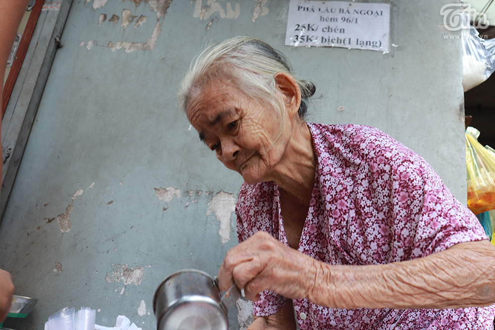 Cụ bà lụm cụm, hiền hậu trong chẳng khác gì bà ngoại