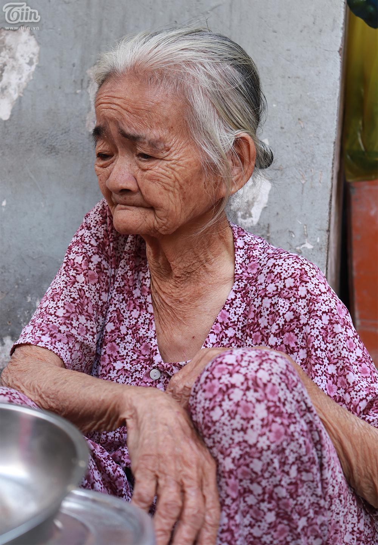 Gương mặt bà Hoa hằng lên dấu vết của thời gian, tuổi tác lẫn cái khó nhọc mưu sinh