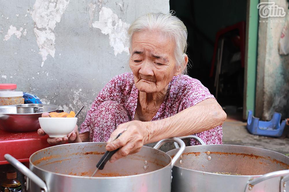 Việc buôn bán của bà Hoa năm nay bị dịch bệnh ảnh hưởng rất nhiều