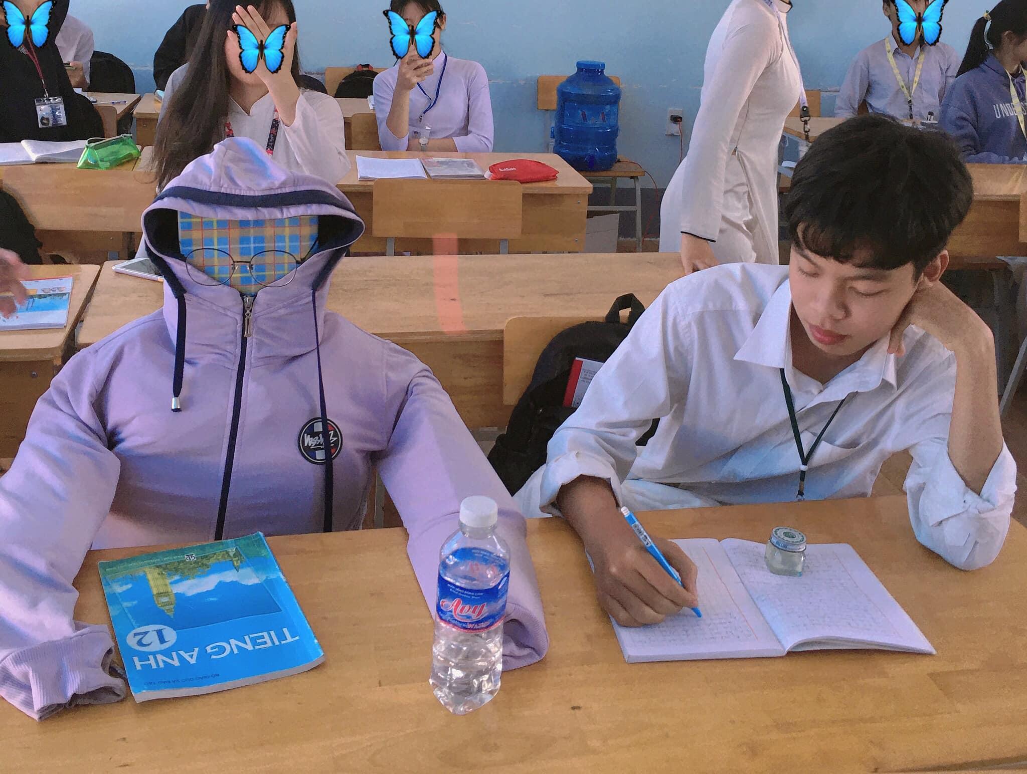 Bạn ngồi cạnh nghỉ học vài hôm, nam sinh tạo hình nộm bạn rồi ngồi ôm, dựa vì quá nhớ 1