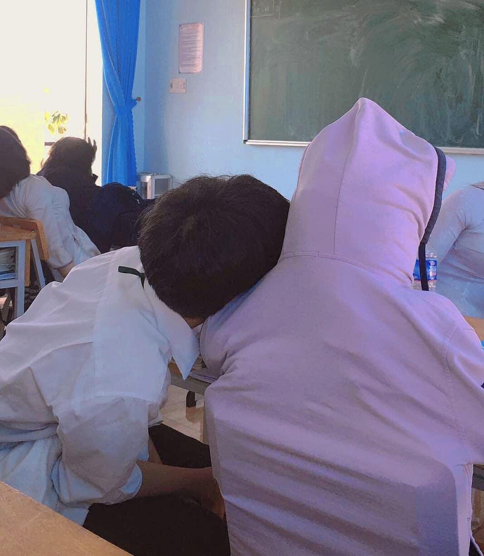 Hình nộm bạn ngồi cùng được cậu học sinh thiết kế bằng áo khoác choàng vào ghế, bên trong là sách vở.