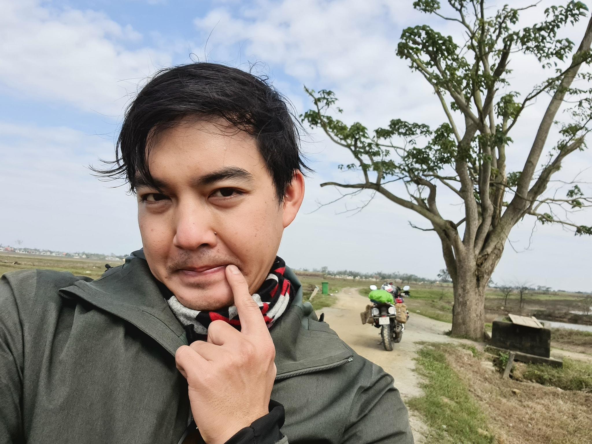 Phượt thủ Trần Đặng Đăng Khoa thực hiện chuyến xuyên Việt đến cây ngô đồng (Mắt Biếc), màn tạo dáng 'cute đến xỉu' 0