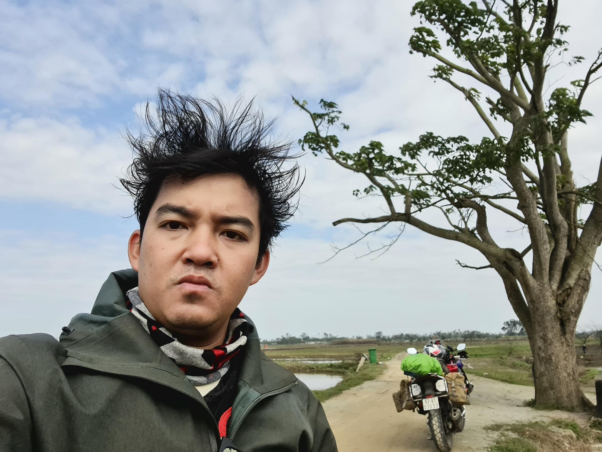 Phượt thủ Trần Đặng Đăng Khoa thực hiện chuyến xuyên Việt đến cây ngô đồng (Mắt Biếc), màn tạo dáng 'cute đến xỉu' 1