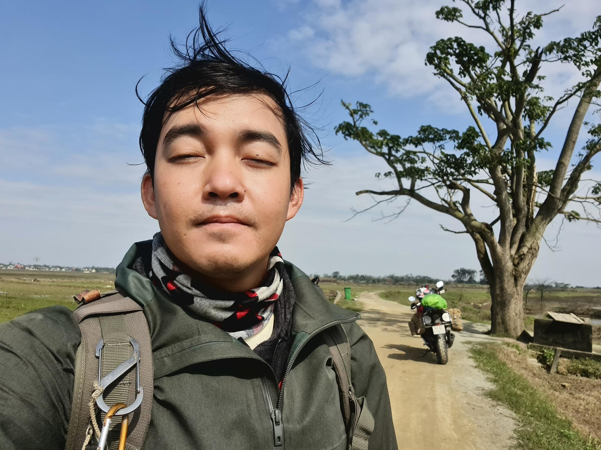 Phượt thủ Trần Đặng Đăng Khoa thực hiện chuyến xuyên Việt đến cây ngô đồng (Mắt Biếc), màn tạo dáng 'cute đến xỉu' 6