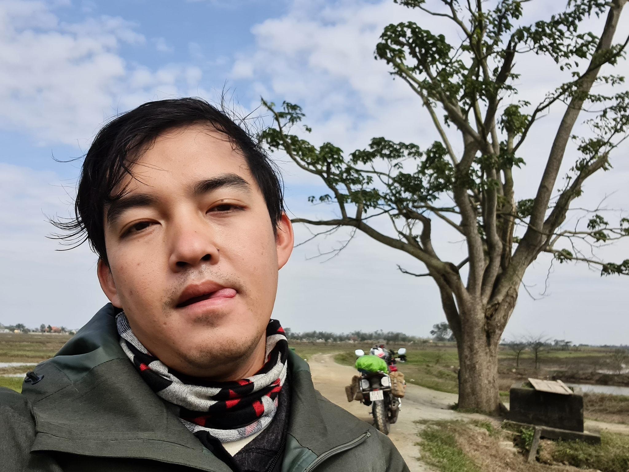 Phượt thủ Trần Đặng Đăng Khoa thực hiện chuyến xuyên Việt đến cây ngô đồng (Mắt Biếc), màn tạo dáng 'cute đến xỉu' 4