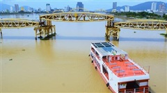 Đà Nẵng: Người dân háo hức chứng kiến cây cầu hơn 55 năm tuổi nâng nhịp cho tàu thuyền qua lại