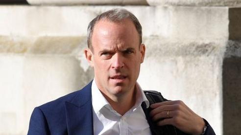 Vệ sĩ Ngoại trưởng Anh bị đình chỉ vì để quên súng trên máy bay