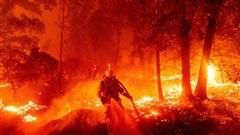 'Hoả ngục' bất thường ở Mỹ: Lốc xoáy lửa liên tiếp, cột khói cao khủng khiếp