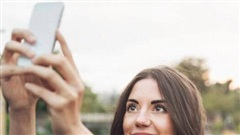 Vì sao phụ nữ thích chụp hình selfie từ trên xuống còn đàn ông thì ngược lại?