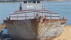 Tàu vô chủ có chữ nước ngoài, dạt vào biển Hà Tĩnh được đem ra bán đấu giá gần 600 triệu đồng