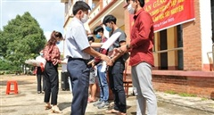 Trao giấy chứng nhận hoàn thành cách ly cho 7 du học sinh Lào