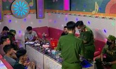 Khách cùng nhân viên 'bay lắc' trong quán karaoke Hùng Mập