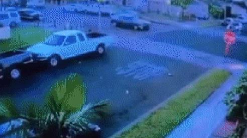 Vừa mở cửa xe, người đàn ông vội chui lại vào trong 'né' cú va chạm như cơn lốc từ Dodge Charger