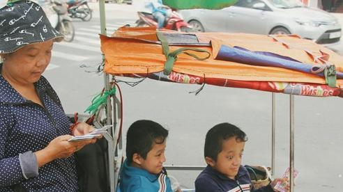 Đôi song sinh khuyết tật 14 tuổi hát cực hay, theo mẹ bán vé số khắp Sài Gòn