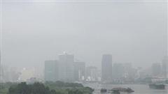 Nhà cao tầng ở Sài Gòn lại 'biến hình' bởi sương mù đặc quánh