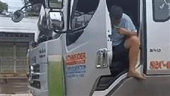 Clip: Tài xế xe tải vừa lái vừa... đánh răng như diễn xiếc, nhận đủ 'gạch đá' từ cộng đồng