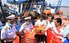 Vùng 2 Hải quân 'làm điểm tựa cho ngư dân vươn khơi, bám biển' tại Sóc Trăng