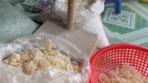 Phát hiện cơ sở gia công tái chế hơn 300.000 bao cao su đã qua sử dụng