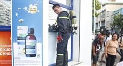Một cảnh sát bị thương khi chữa cháy căn nhà trong hẻm
