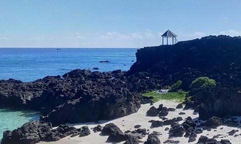 Dỡ một điểm dừng chân trên bãi đá nham thạch ngàn năm ở Lý Sơn