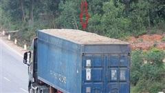 Xe cắt nóc container chở cát đắp ngọn 'làm mưa làm gió', CSGT bó tay vì cân hỏng