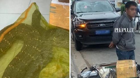 Chở 'bé na' hơn 20kg, dài hơn 4m chạy bon bon trên đường, người đàn ông bị công an tạm giữ