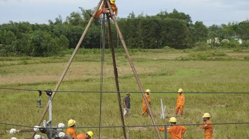 Điện lực miền Trung giải thích lý do cột điện gẫy đổ trong bão số 5