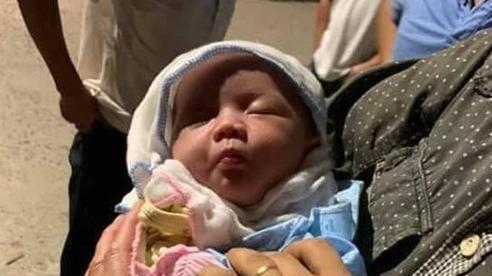 Bé gái sơ sinh bị bỏ rơi trong thùng rác kèm tờ giấy: 'Con khổ quá không thể nuôi được'