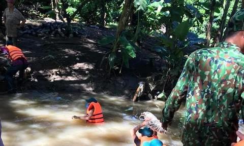 Tìm thấy thi thể người phụ nữ lọt xuống mương nước khi đi đường