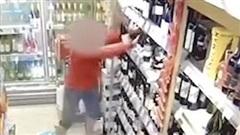 Không chấp hành quy tắc giãn cách xã hội, nữ khách hàng còn nổi điên đập phá cửa hàng tan tành