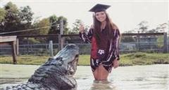 Mừng tốt nghiệp bên cá sấu 'khủng'