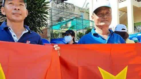 Trao tặng cờ Tổ quốc và quà đến ngư dân ở TP Vũng Tàu