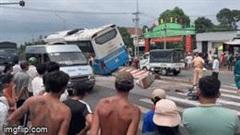 Tin tai nạn giao thông mới nhất ngày 24/9/2020: Xe khách tông chết người rồi 'bay' lên dải phân cách