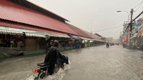 Chợ Thủ Đức bị nước 'cô lập' sau 10 phút xảy ra mưa