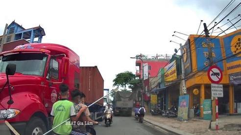 3 thanh thiếu niên cưỡi xe máy, cầm 'Thanh Long yển nguyệt đao của Quan Vân Trường' đi đánh nhau
