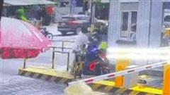 Clip: Bị nhắc nhở khi lùi xe đụng trúng người khác, tài xế lao vào hành hung dã man người phụ nữ