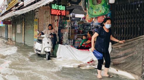 TP Hồ Chí Minh: Chợ Thủ Đức ngập nặng, tiểu thương'khóc ròng'!