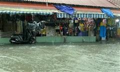 Mưa trắng trời, dân Sài Gòn lại 'dựng đê' ngăn nước vào nhà